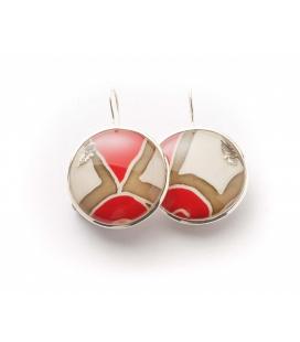 Antonella Piacenti, orecchini rotondi in argento e resina naturale, colore rosso e crema. Batik-Sumatra.