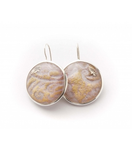Antonella Piacenti, orecchini rotondi in argento e resina naturale con carta. Colore Rosa/Viola. Pascià-Damask